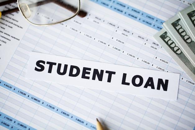 Student loan written on white card Premium Photo