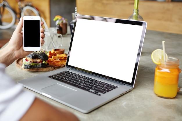 Studente che lavora al computer portatile Foto Gratuite