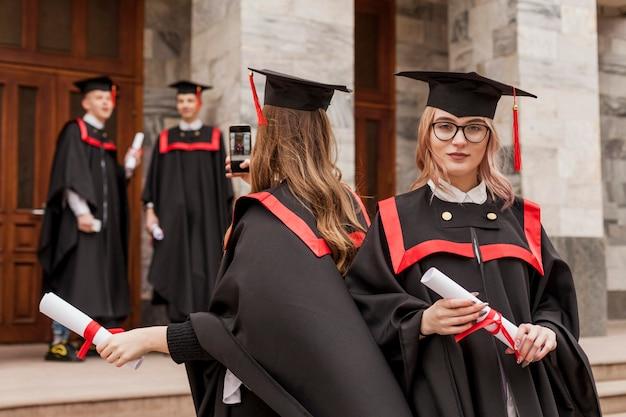 Студенты после выпускной церемонии Бесплатные Фотографии