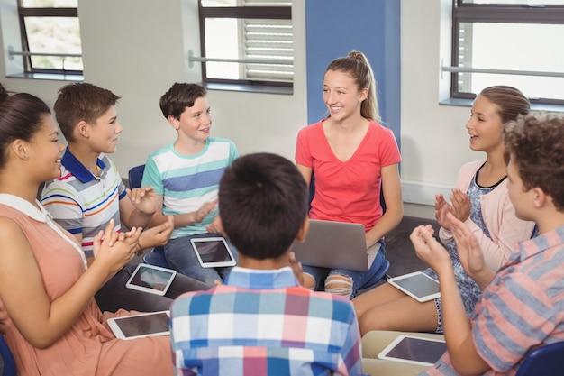 教室でのプレゼンテーションの後にクラスメートを鑑賞する学生 Premium写真