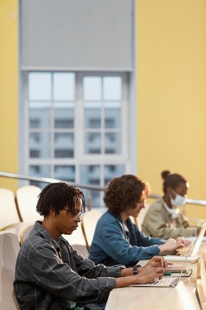 수업에 집중하는 학생 무료 사진