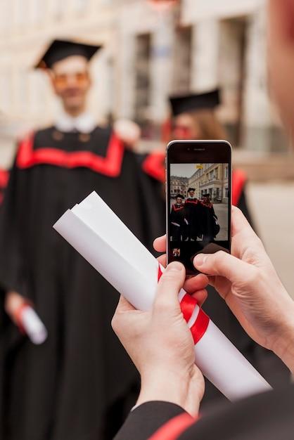 Студенты фотографируют на выпускной церемонии Бесплатные Фотографии