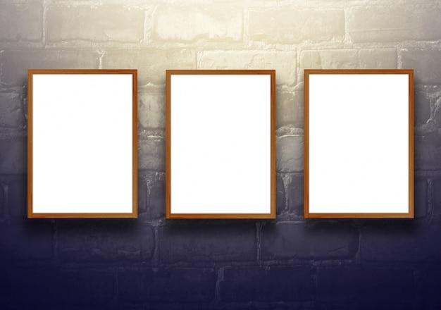 Студия фон с пустой деревянный щит на черной кирпичной стене - хорошо использовать для настоящих продуктов. винтаж тонированный. Бесплатные Фотографии