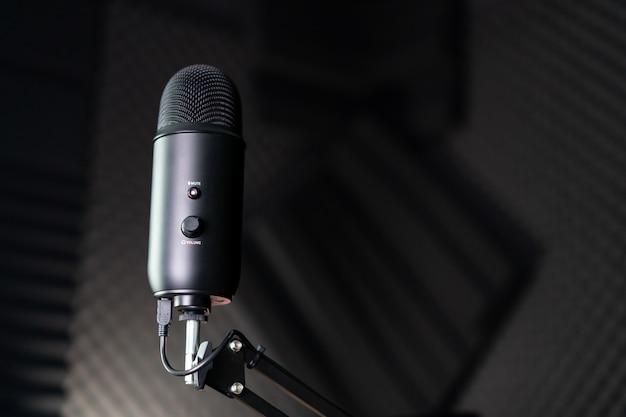 Студийный конденсаторный микрофон в студии звукозаписи Premium Фотографии