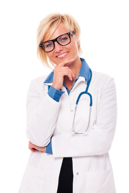 Ritratto in studio di fiducioso giovane medico femminile Foto Gratuite
