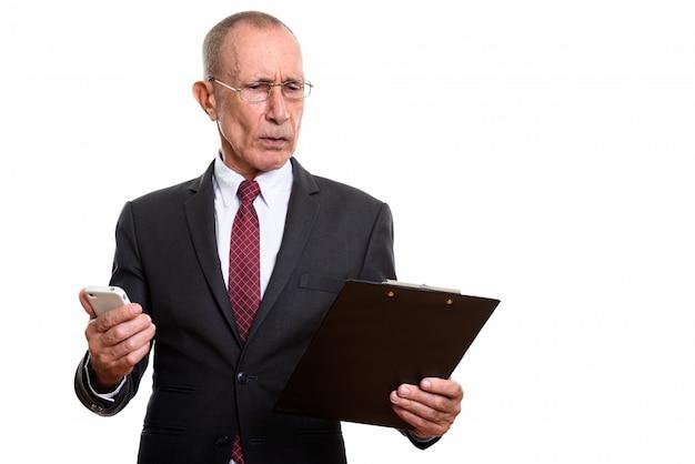 白に対して分離された短い髪の年配の男性のスタジオポートレート Premium写真