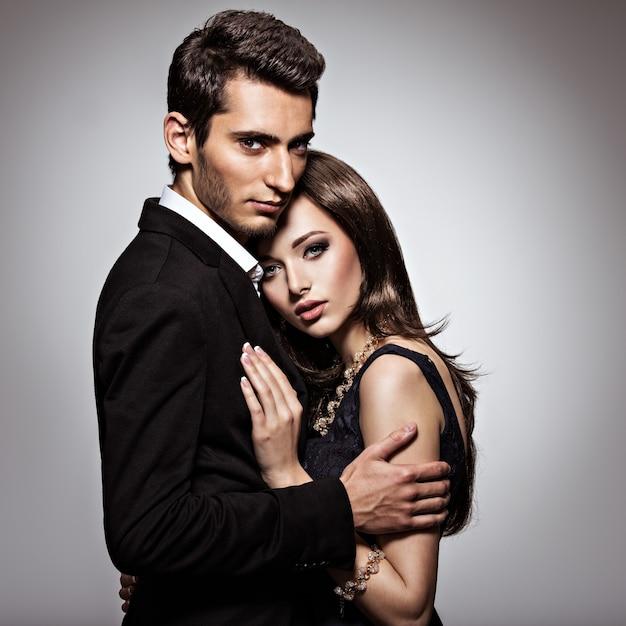 恋に若い美しいカップルのスタジオポートレート 無料写真