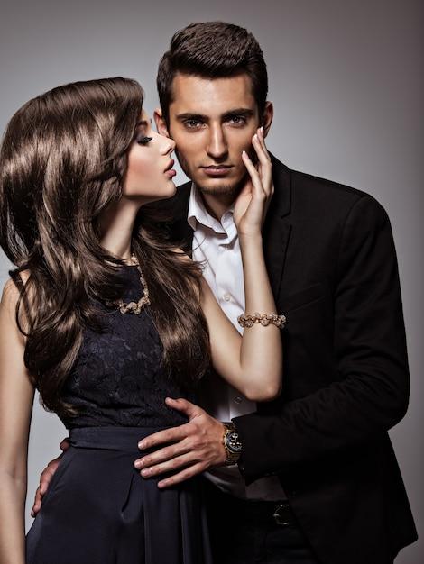 恋に若い美しいいちゃつくカップルのスタジオポートレート 無料写真