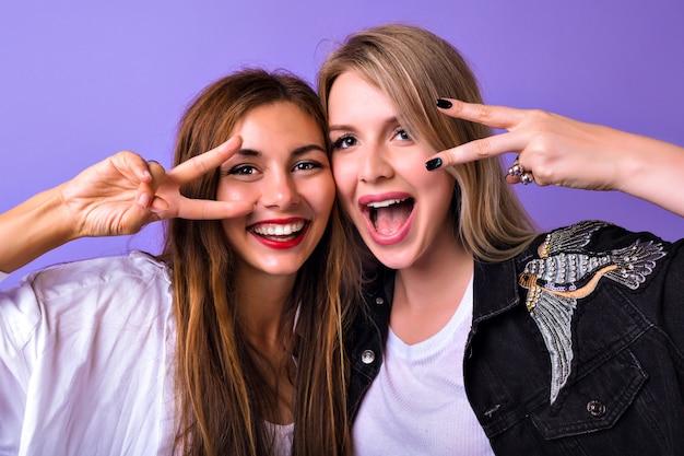 Ritratto dello studio della donna graziosa degli amici delle sorelle che si divertono insieme sorridendo urlando Foto Gratuite
