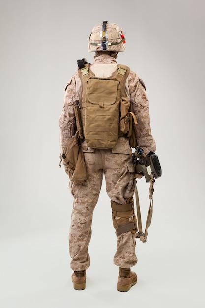 Студийная съемка современного солдата пехоты, морского стрелка сша в боевой форме, шлеме и бронежилете Premium Фотографии