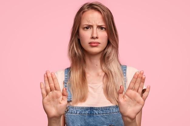 Studio shot di burbero giovane femmina con espressione irritata Foto Gratuite