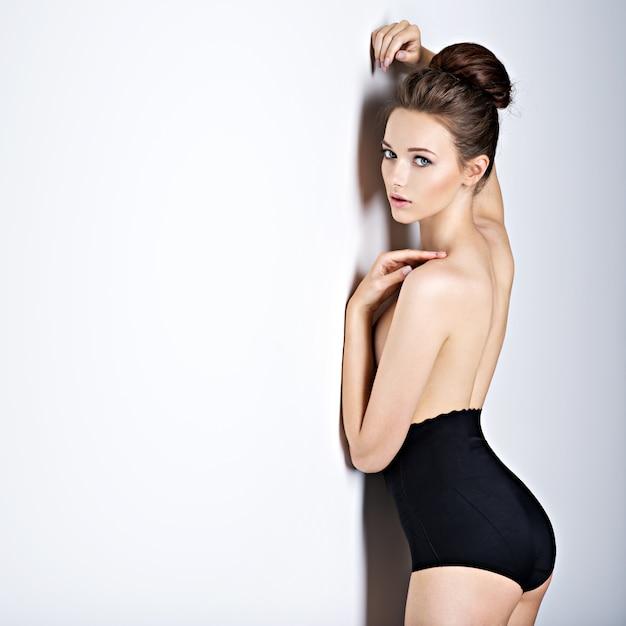 검은 란제리를 입고 긴 머리를 가진 아름답고 섹시한 여자의 스튜디오 샷 무료 사진