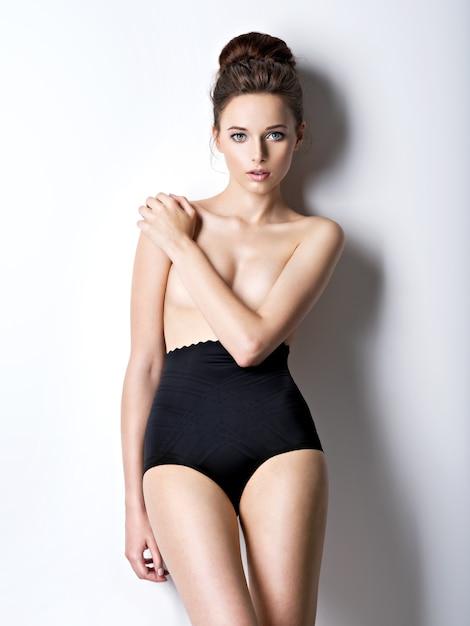 검은 란제리를 입고 아름답고 섹시한 젊은 여성의 스튜디오 샷 무료 사진
