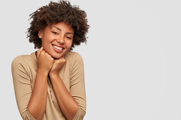 기쁘게 감정 어린 아프리카 여성 모델의 스튜디오 샷 턱을 보유 무료 사진
