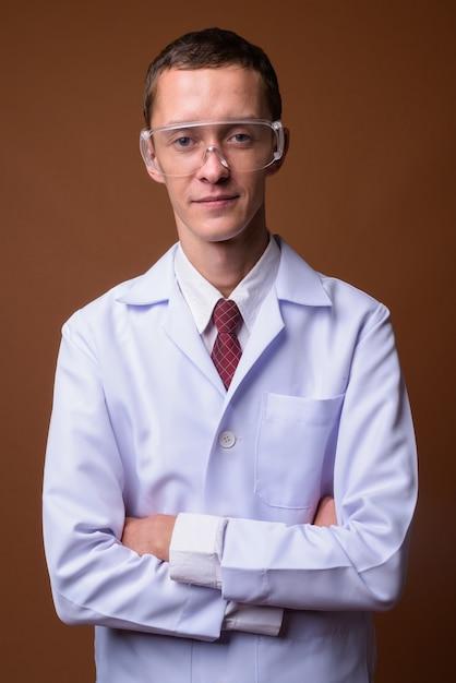 茶色の若い男医師のスタジオ撮影 Premium写真