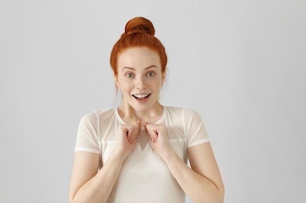 Studio shot di bella ragazza con espressione facciale vincente e felice Foto Gratuite