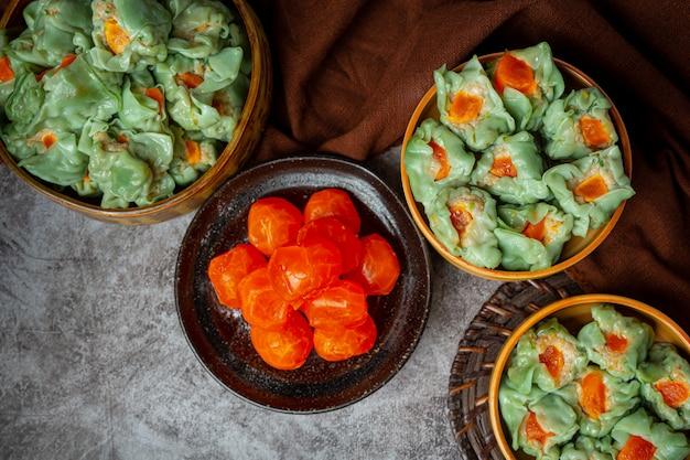 豚肉のぬいぐるみと塩漬け卵のアジア料理。 無料写真