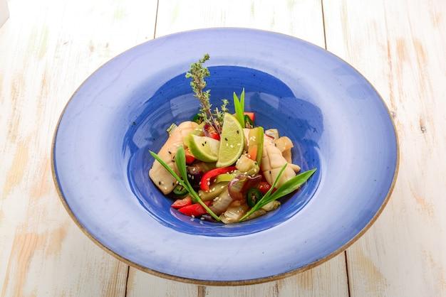 イカと海老の詰め物と野菜のご飯 Premium写真
