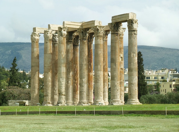 Stunning ancient remains of the temple of olympian zeus, athens city center, greece Premium Photo