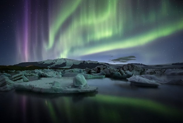 아이슬란드 Jokulsarlon 빙하 호수 위에 멋진 오로라 프리미엄 사진