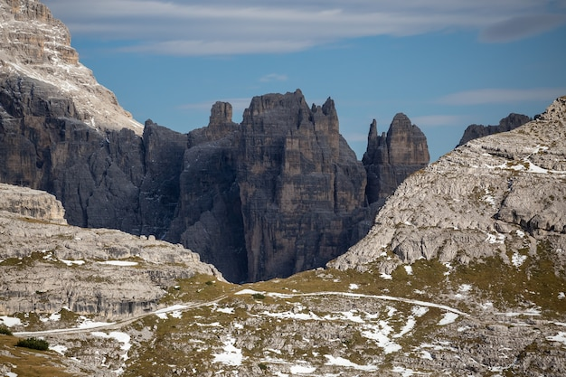 Tre Cime Di Lavaredo, Dolomites, Belluno, Italy의 돌과 눈 덮인 봉우리의 멋진 풍경 무료 사진