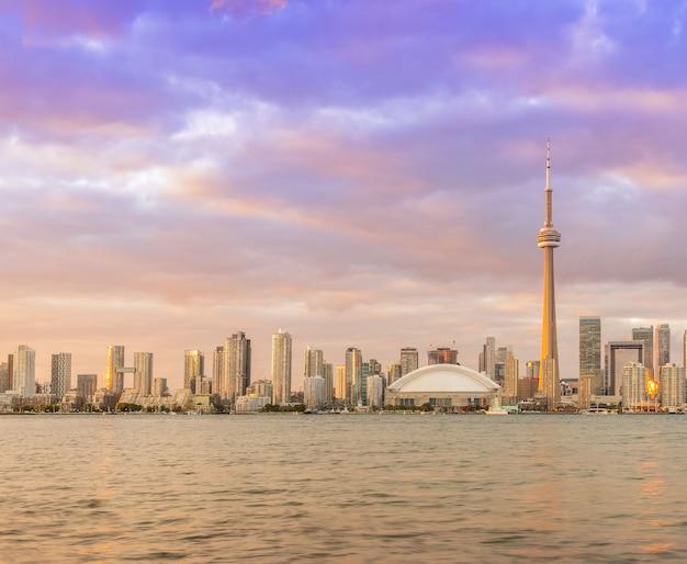 カナダ、オンタリオ州のトロントのダウンタウンの街並みの見事なサンセットビュー Premium写真