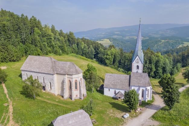 Потрясающий вид на церковь лесе в словении в окружении природы Бесплатные Фотографии