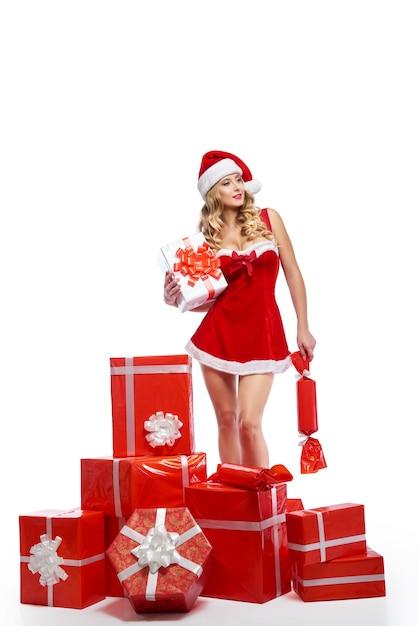 Seductiをポーズクリスマス衣装に身を包んだ見事な若い女性 無料写真