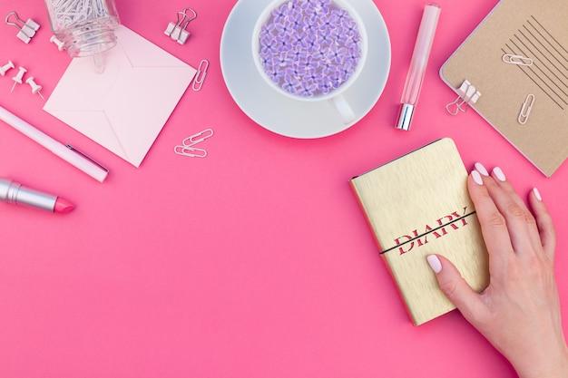 Стильное розовое женское рабочее пространство с плоской планировкой Premium Фотографии