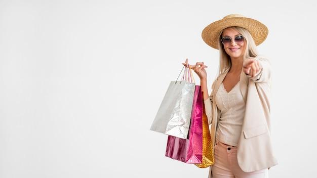 Стильная взрослая женщина, держащая сумок с копией пространства Бесплатные Фотографии