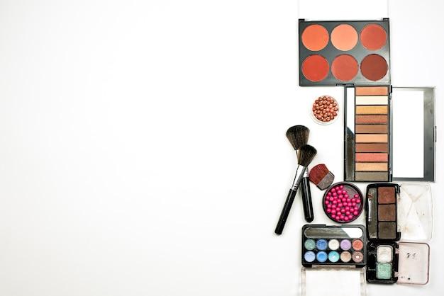 パウダー製品やその他の美容メイク製品を含むパレットのスタイリッシュな構成 Premium写真