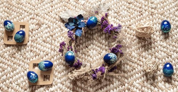 イースターリースと卵のスタイリッシュな構図は、トレンドブルーです。 無料写真