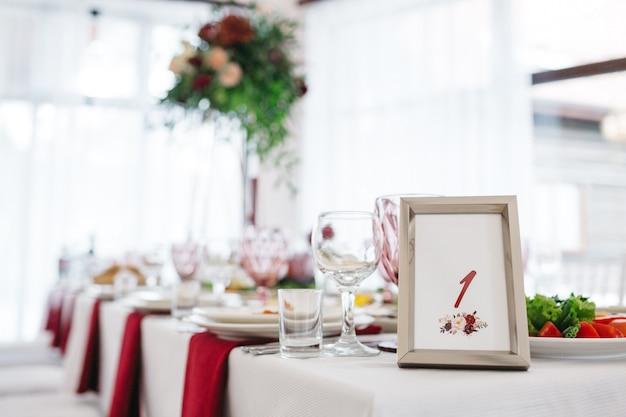 Stylish decor for wedding in the restaurant Free Photo