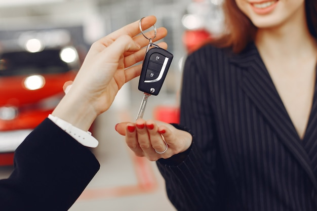 Şık ve zarif kadın bir araba salonu ücretsiz fotoğraf