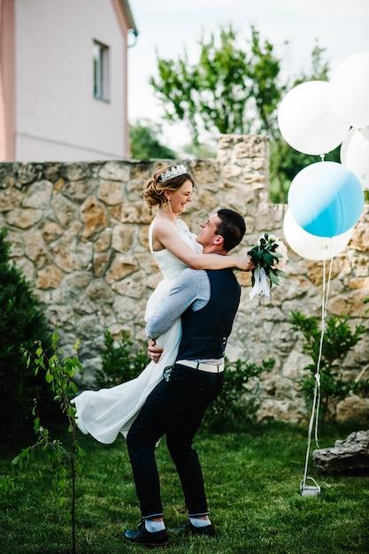 Стильная счастливая улыбка невесты с букетом пионов Premium Фотографии