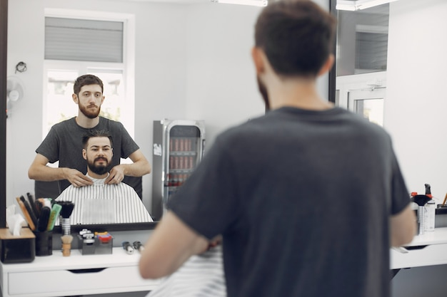 Stylish man sitting in a barbershop Free Photo