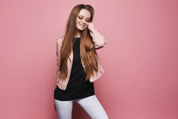 Стильная модель девушка со светлыми волосами в черной блузке и кожаной куртке. красота в хипстерском наряде. молодая мода Premium Фотографии