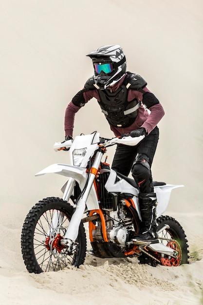 ヘルメット付きのスタイリッシュなバイクライダー Premium写真