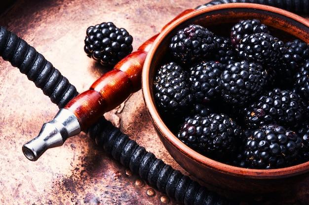 Stylish oriental shisha with blackberry Premium Photo