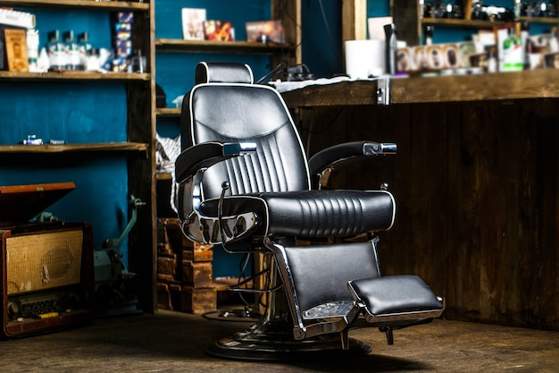 Стильное винтажное кресло для парикмахера. тема парикмахерской. профессиональный парикмахер в интерьере парикмахерской. Premium Фотографии