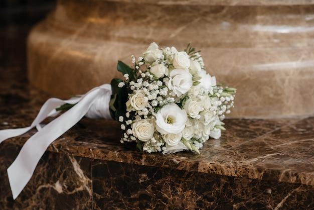 대리석 바닥에 세련 된 웨딩 부케 클로즈업. 프리미엄 사진