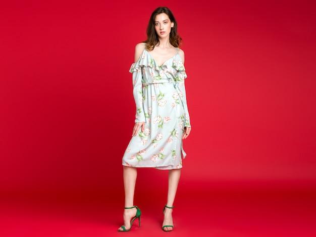 赤でポーズ夏のファッショントレンドドレスのスタイリッシュな女性 無料写真