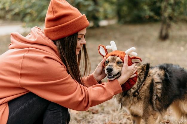 彼女の犬と散歩に出かけるスタイリッシュな女性 無料写真