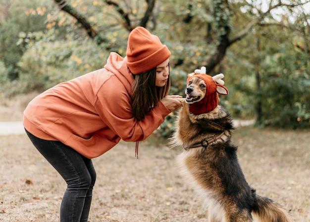 Стильная женщина на прогулке со своей собакой Бесплатные Фотографии