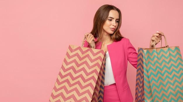 Donna alla moda con borse della spesa Foto Gratuite