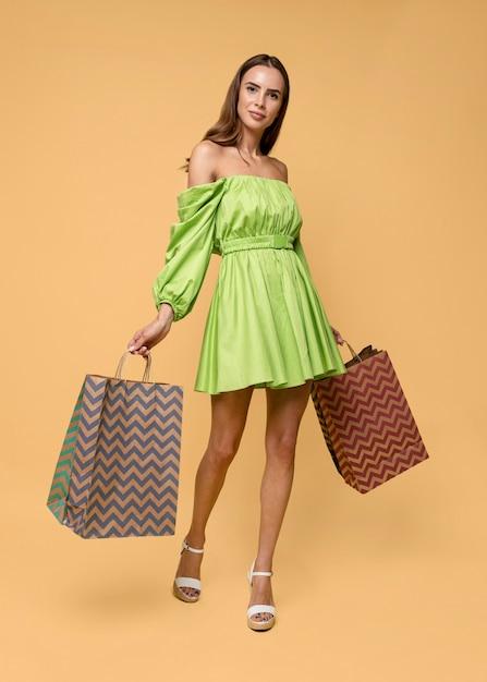 ショッピングバッグを持つスタイリッシュな女性 無料写真