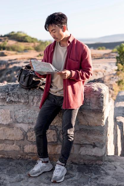 Стильный молодой человек проверяет карту Бесплатные Фотографии