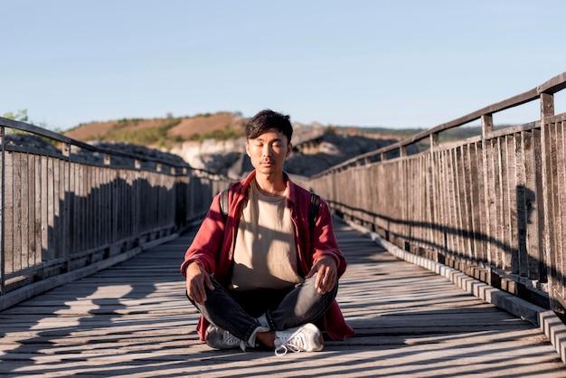 Стильный молодой человек наслаждается поездкой Бесплатные Фотографии