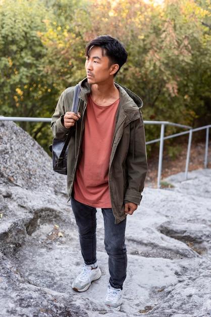 Стильный молодой человек наслаждается поездкой Premium Фотографии