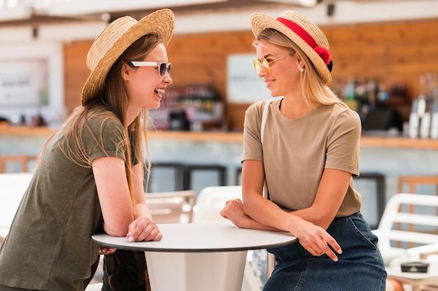 Giovani donne alla moda con cappelli estivi Foto Gratuite